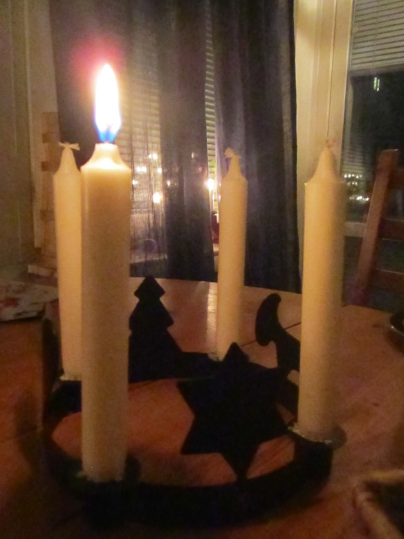 Första adventsljuset tänt