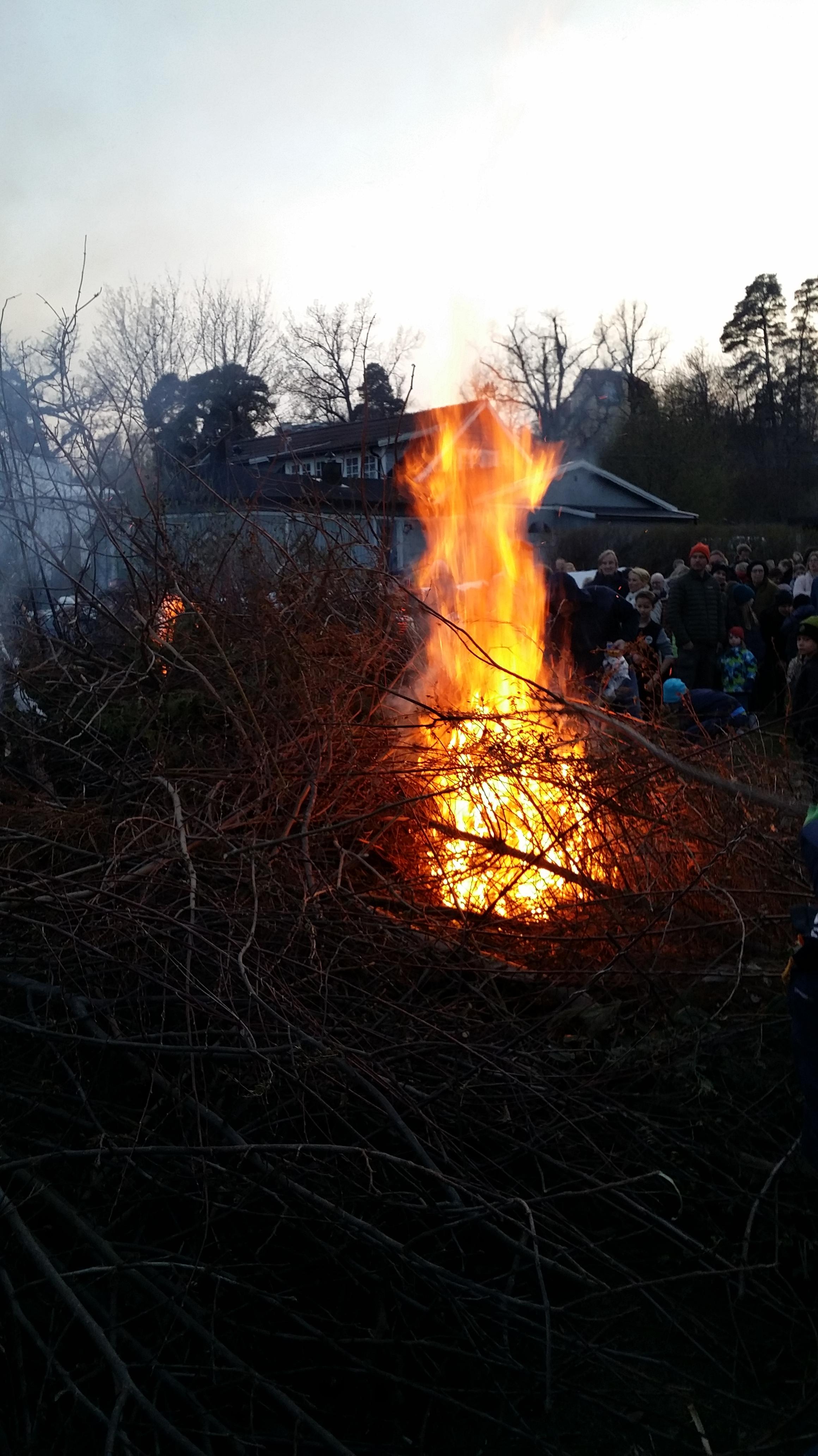 Att tända stora elda är ett exempel på en stämningsfylld tradition som vandrat mellan olika högtider och har haft olika betydelse i olika tider och på olika platser.